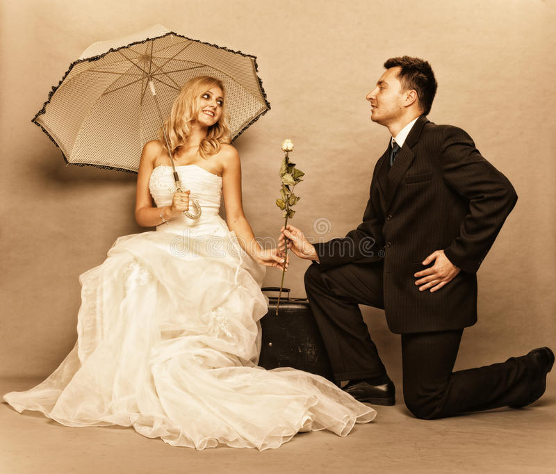 Romantiskt foto för tappning för gift parbrudbrudgum arkivbilder