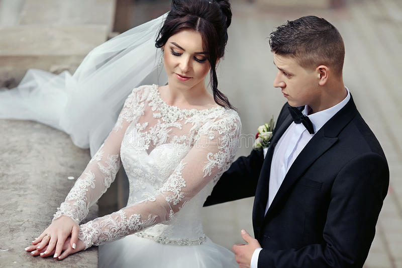Romantiskt gift par royaltyfri bild