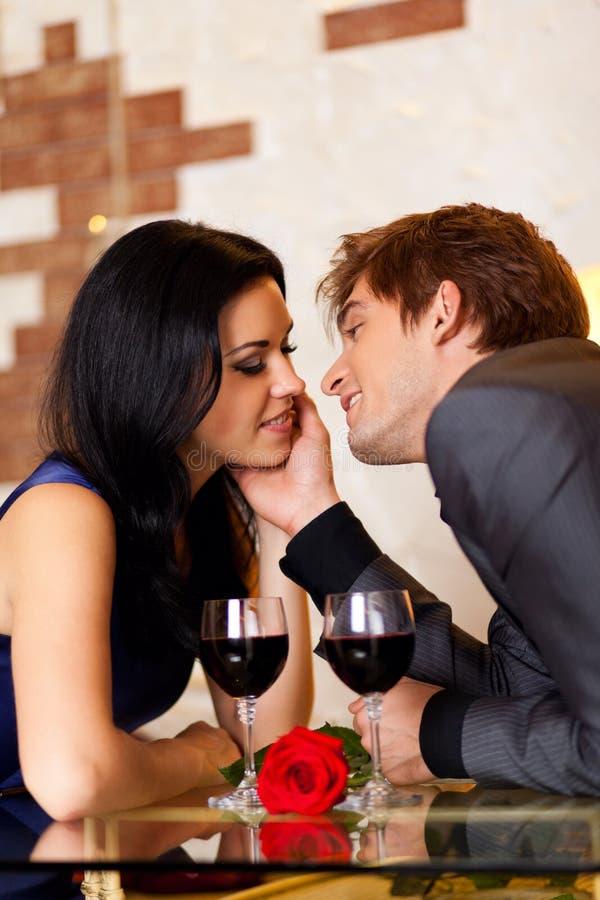 Romantiskt kyssande datum för unga lyckliga par med royaltyfria bilder