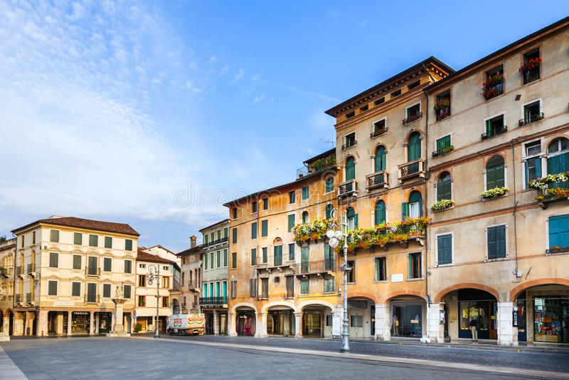 Romantiskt marknadsställe på den gamla staden Bassano del Grappa royaltyfri fotografi
