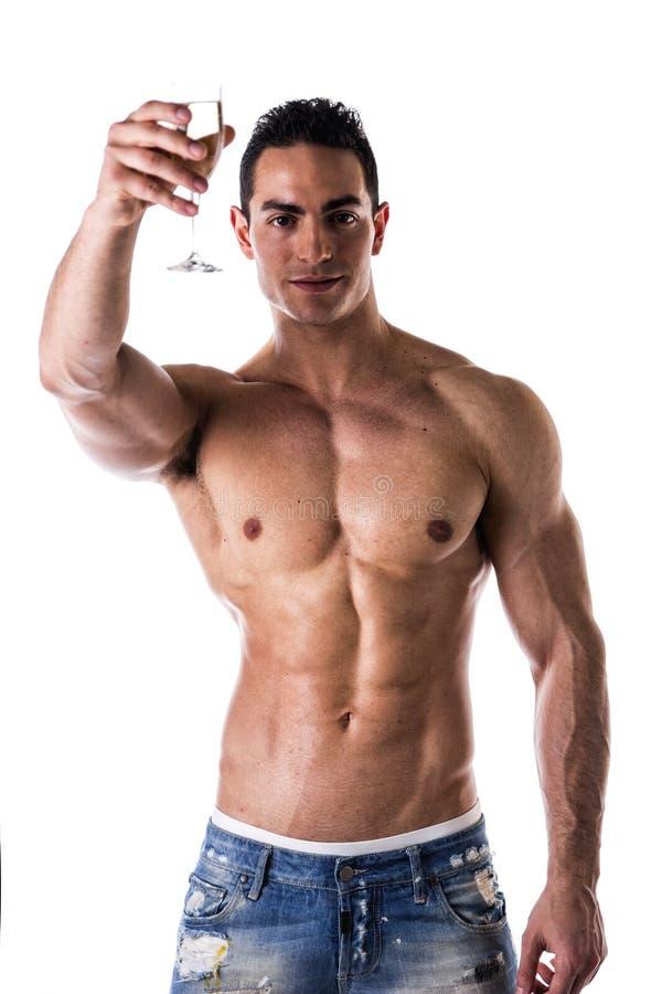 Romantiskt muskulöst shirtless le för champagne för ung man erbjudande arkivfoton