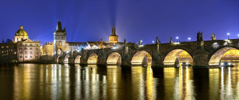 Romantiskt resmål, Charles Bridge på natten, historiskt Prag royaltyfri fotografi