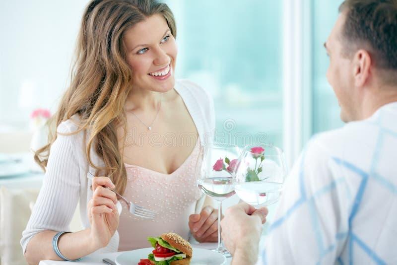 Romantiskt samtal i kafé royaltyfri bild