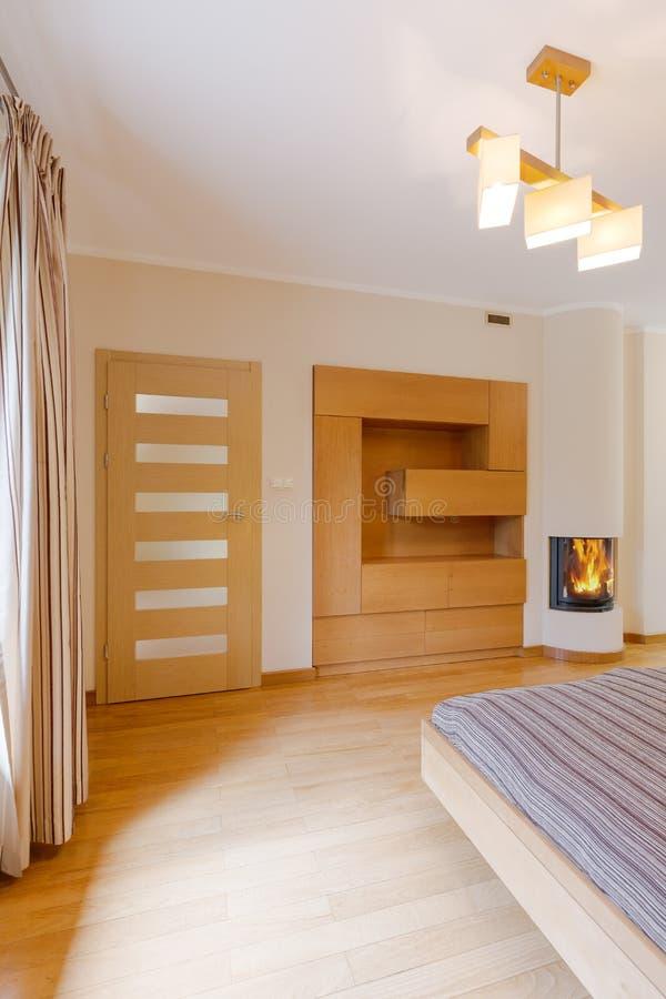 Romantiskt sovrum med spisen fotografering för bildbyråer