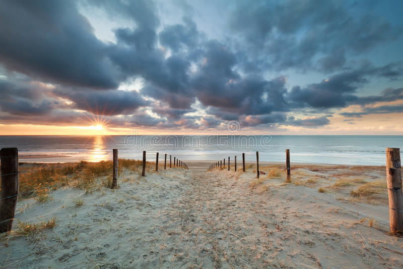 Romantyczna ścieżka piasek plaża przy zmierzchem obrazy royalty free