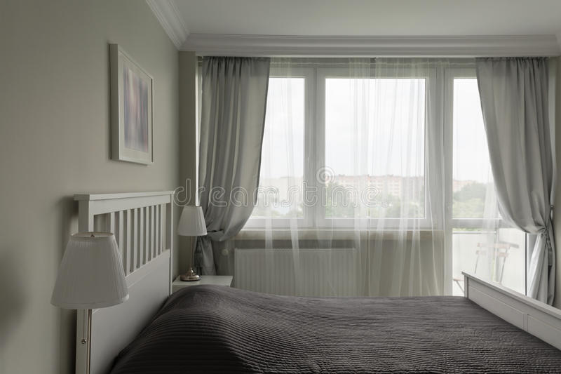 Romantyczna biała i szara sypialnia fotografia royalty free