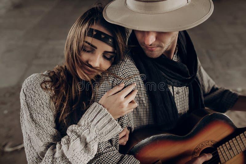 Romantyczna brunetka modnisia dziewczyna w boho odzieżowym przytuleniu przystojnym obrazy stock