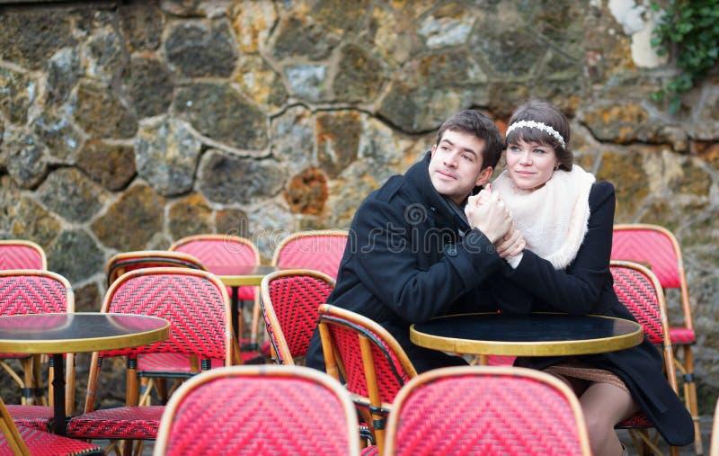 Datować pary w Paryjskiej plenerowej kawiarni obraz royalty free
