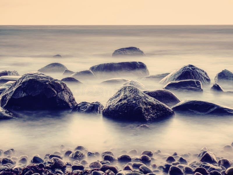 Romantyczna dusza zmierzch Długi ujawnienie morze i skały obrazy stock