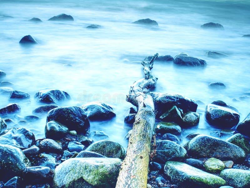 Romantyczna dusza zmierzch Długi ujawnienie morze i skały zdjęcia royalty free