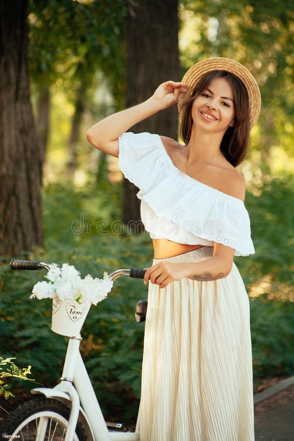Romantyczna dziewczyna w kapeluszu obrazy stock
