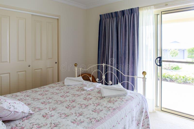 Romantyczna gość sypialnia zdjęcia royalty free