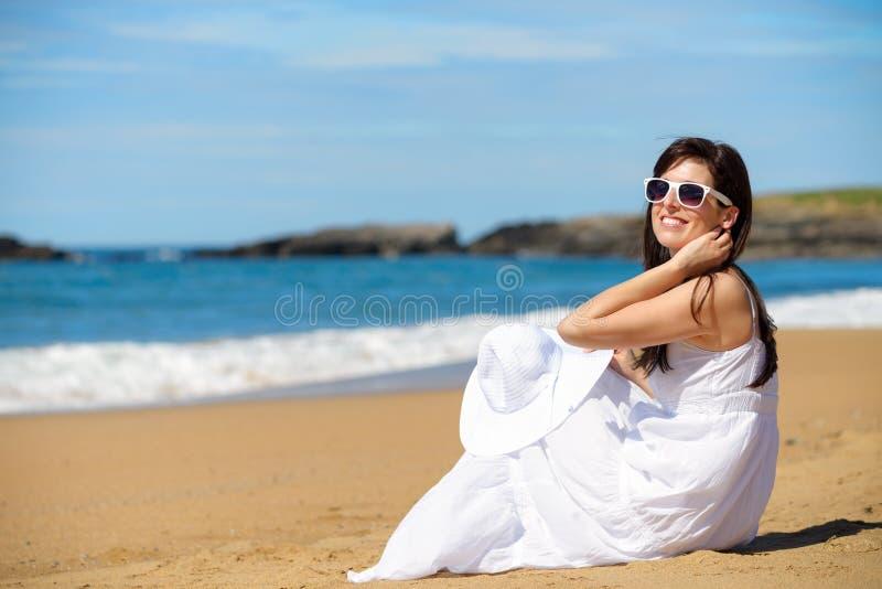 Romantyczna kobieta na lato plaży wakacje fotografia royalty free
