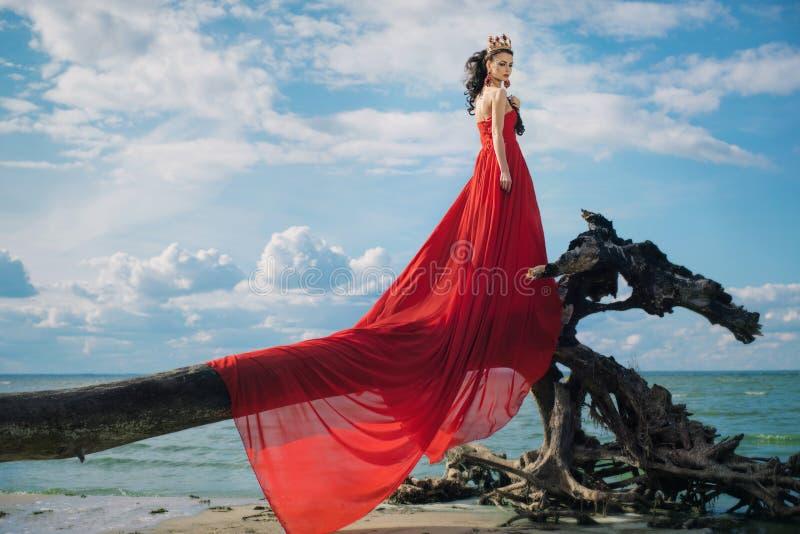 Romantyczna kobieta w trzepotliwej czerwieni sukni obraz stock