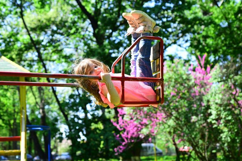 Romantyczna mała dziewczynka na huśtawce, słodcy sen Mały dzieciak bawić się w lecie dzieciństwo mrzonka nastoletnia wolność zdjęcia royalty free