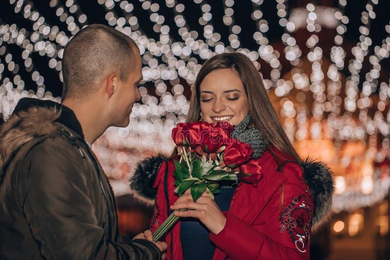 Romantyczna niespodzianka na Walentynki, kobieta otrzymuje bukiet róż od swojego chłopaka zdjęcia royalty free