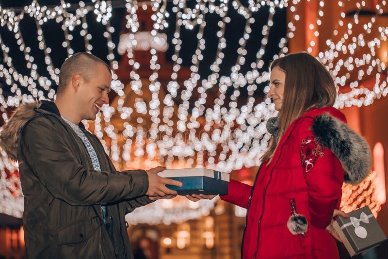 Romantyczna niespodzianka na walentynki mężczyzna otrzymuje prezent od swojej dziewczyny obrazy royalty free