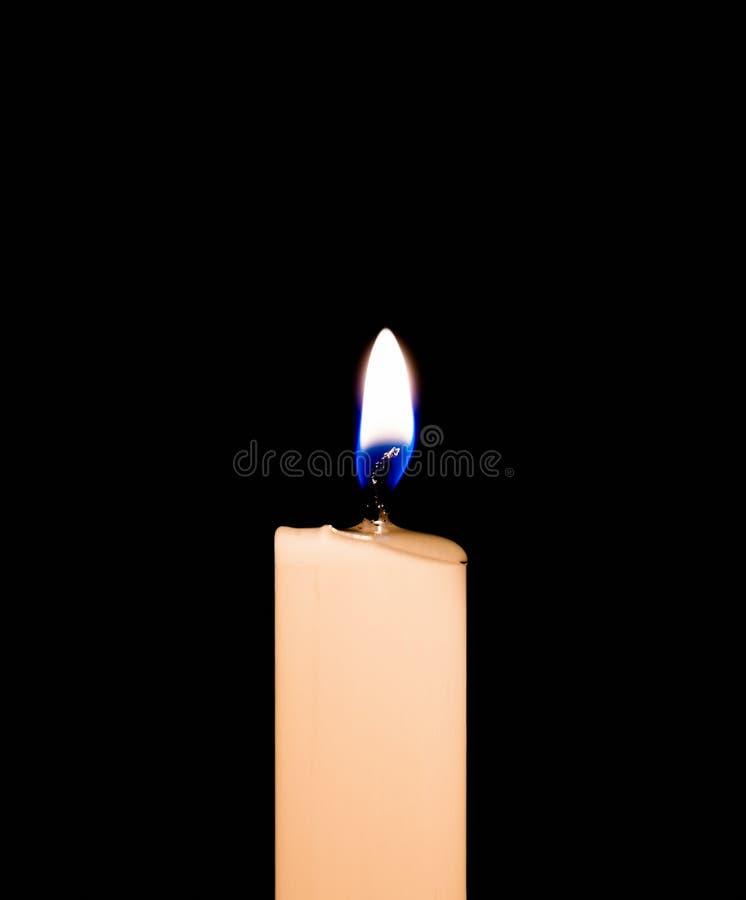 Romantyczna płonąca świeczka w czarnym tle zdjęcia royalty free