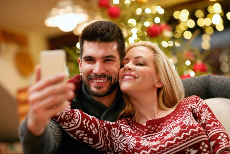 Romantyczna para bierze selfie obrazek z smartphone w domu zdjęcia royalty free