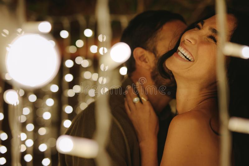 Romantyczna para ma wielkiego czas przyjęcie zdjęcie stock