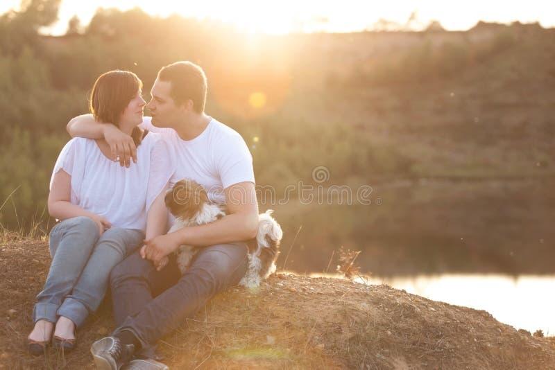 Romantyczna para na falezie obraz stock