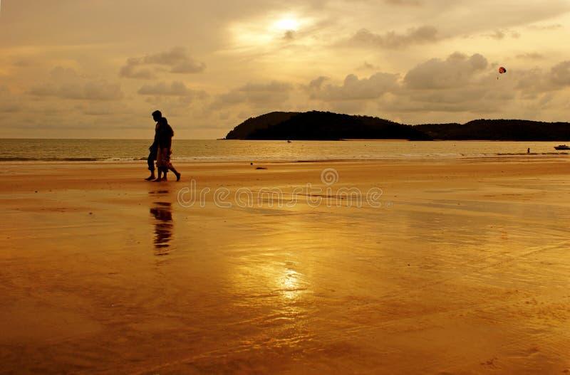 Romantyczna para na plaży na zmierzchu obrazy stock