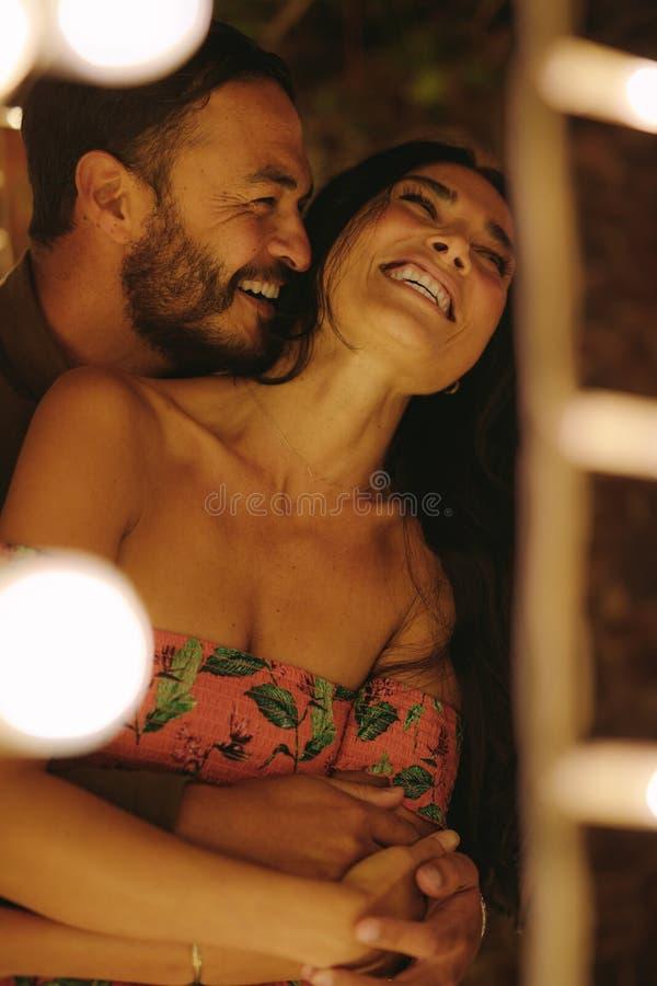 Romantyczna para ono cieszy się przy przyjęciem fotografia royalty free