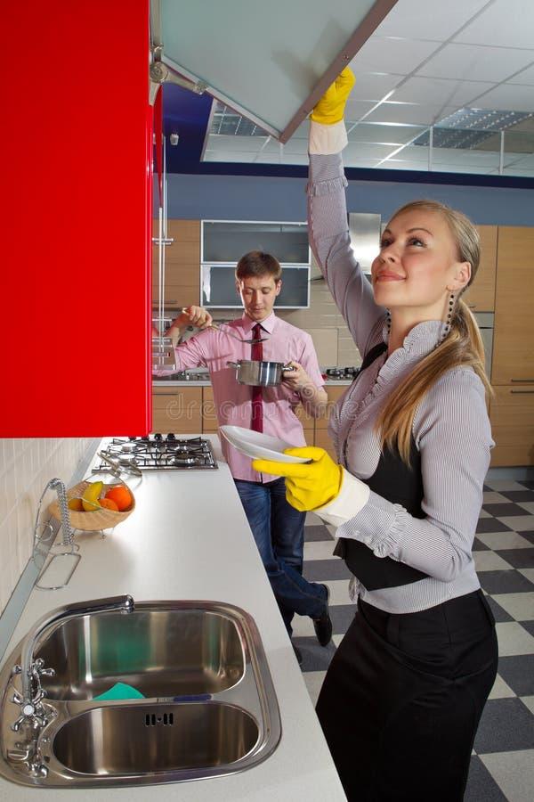 Romantyczna para przy kuchnią zdjęcie royalty free