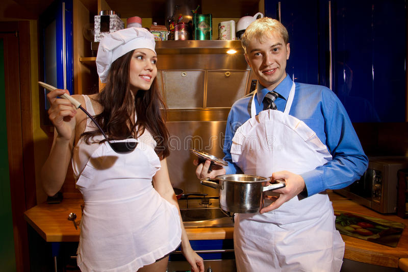 Romantyczna para przy kuchnią obrazy royalty free