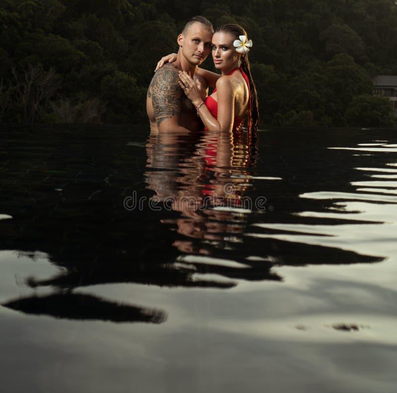 Romantyczna para samotnie w nieskończoność pływackim basenie obrazy stock