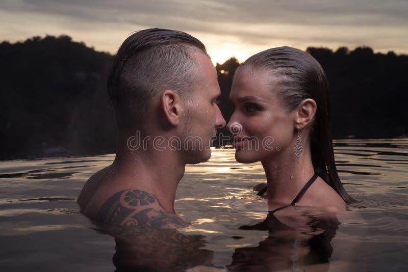 Romantyczna para samotnie w nieskończoność pływackim basenie zdjęcia stock