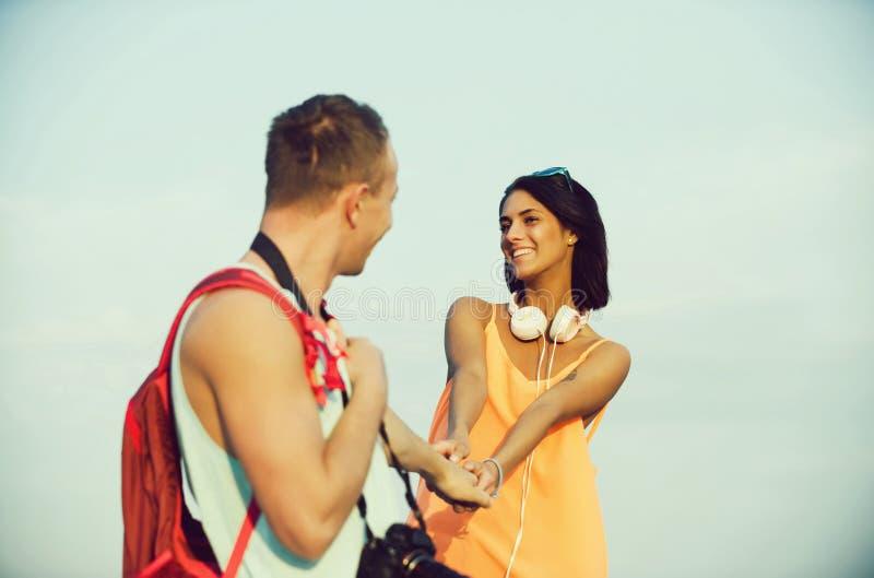Romantyczna para szczęśliwa kobieta i przystojne mężczyzny mienia ręki fotografia stock