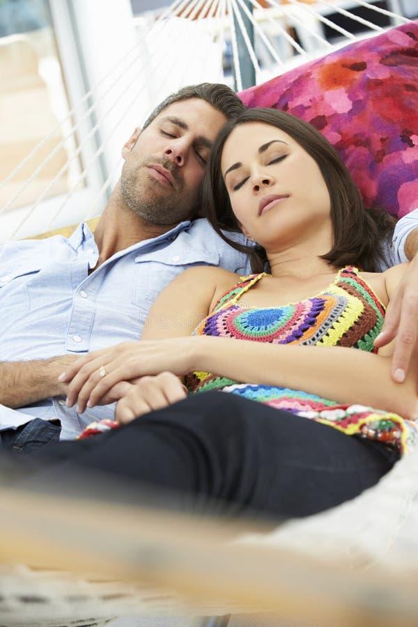 Romantyczna para Uśpiona W Ogrodowym hamaku Wpólnie zdjęcie stock