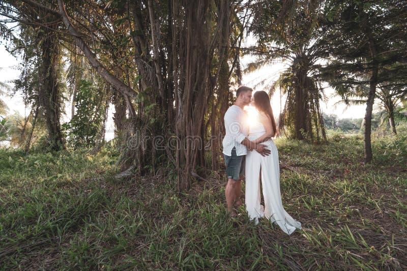 Romantyczna para w ogródzie zdjęcie royalty free
