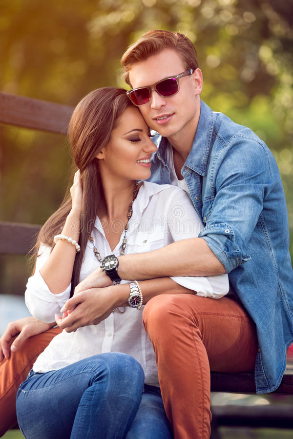 Romantyczna para wpólnie cieszy się w parku zdjęcie royalty free