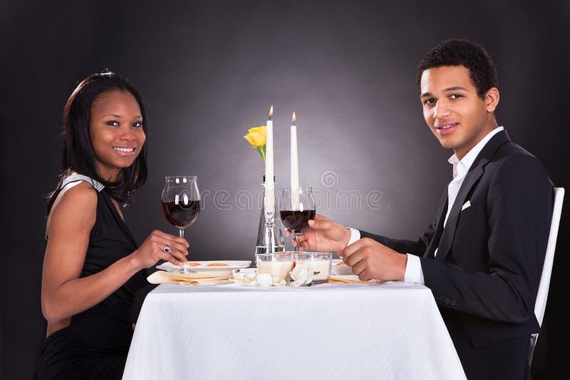 Romantyczna para Wznosi toast czerwone wino obrazy stock