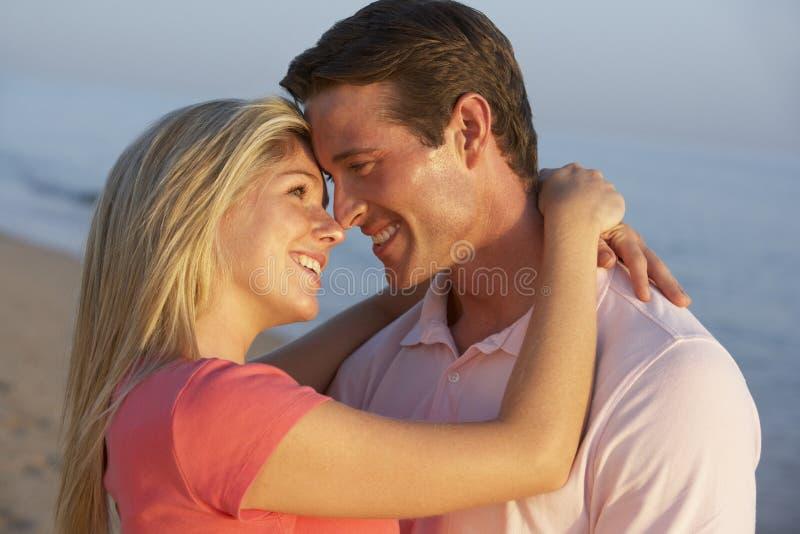 Romantyczna potomstwo para Cieszy się Plażowego wakacje zdjęcie stock