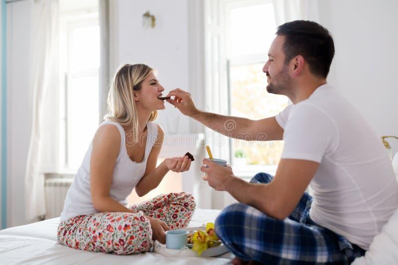 Romantyczna szczęśliwa para ma śniadanie w łóżku obraz stock