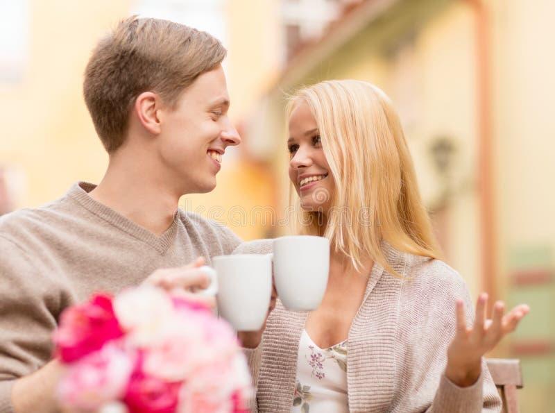Romantyczna szczęśliwa para w kawiarni zdjęcia stock