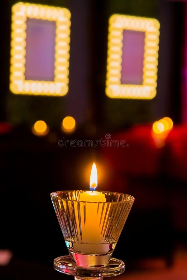 Romantyczne świeczki w purpur i menchii pokoju dla walentynka dnia obrazy royalty free