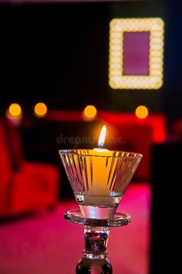 Romantyczne świeczki w purpur i menchii pokoju dla walentynka dnia obraz royalty free