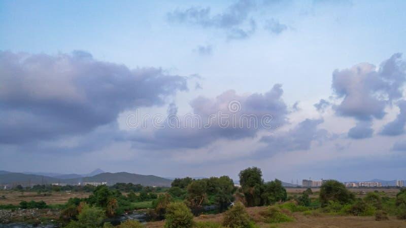 Romantyczne chmury zbiera przy kolorowym wieczór fotografia royalty free
