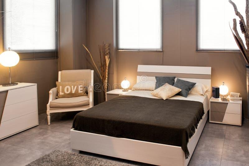 Romantycznego brązu sypialni luksusowy wnętrze zdjęcia stock