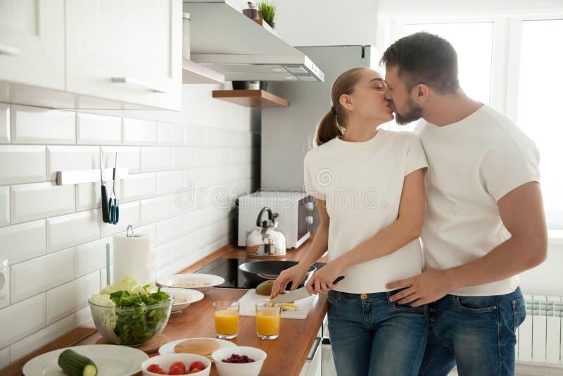 Romantycznego para początku całowania kulinarny śniadanie wpólnie fotografia royalty free