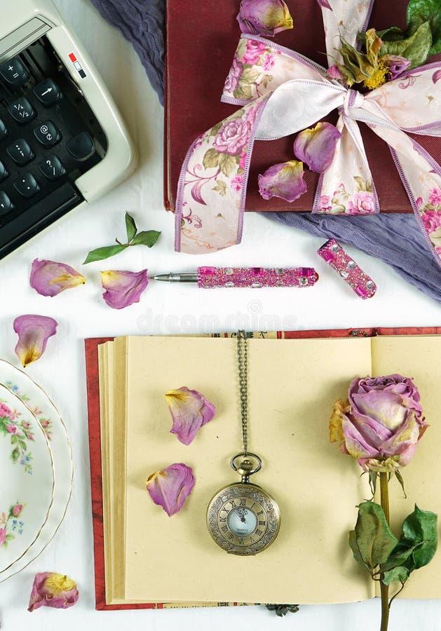 Romantycznego rocznika kobiecy pisze biurko zatrzymuje ruch z starą maszyną do pisania fotografia stock