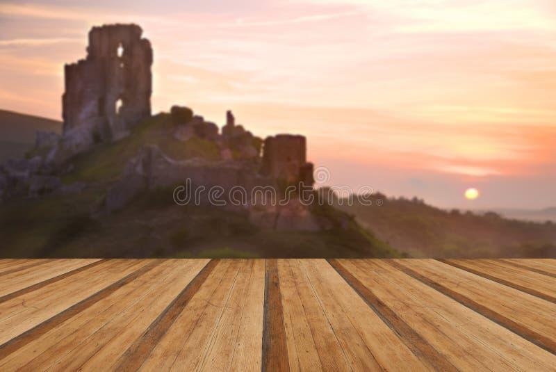Romantycznej fantazi kasztelu magiczne ruiny przeciw oszałamiająco wibrującemu s zdjęcia stock