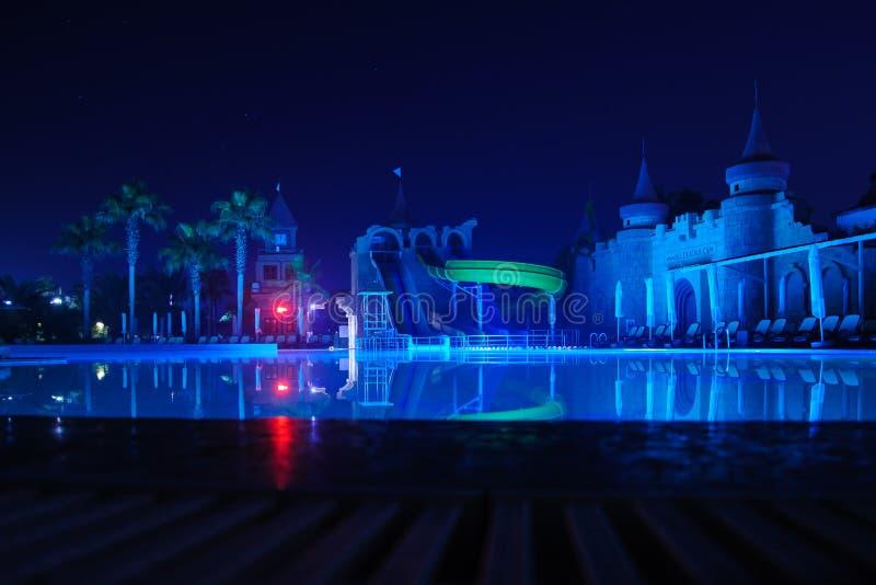 Romantycznej i pięknej nocy lokaci tropikalny zmrok - niebieskie niebo dowcip zdjęcia stock