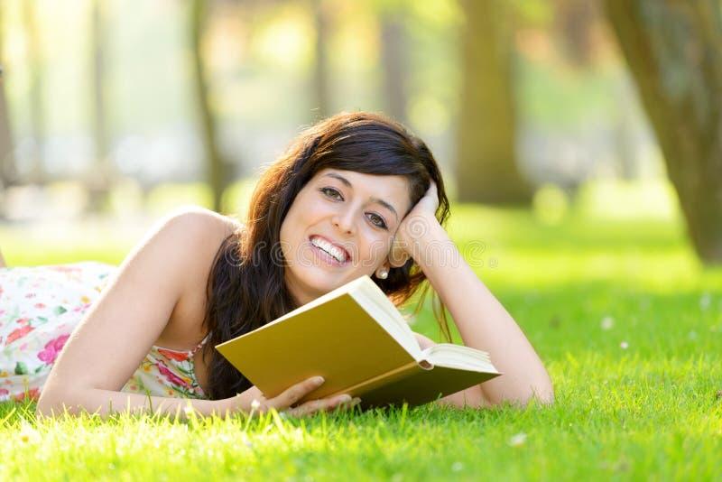 Romantycznej kobiety czytelnicza książka w lecie obraz stock