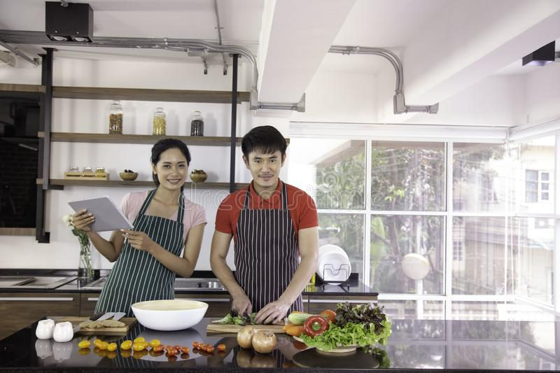 Romantycznej młodej uroczej pary kulinarny jedzenie w kuchni fotografia stock