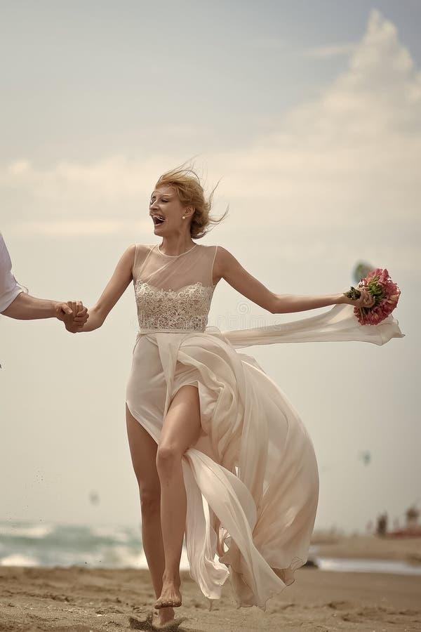 Romantycznej pary Szczęśliwa uśmiechnięta panna młoda na plaży zdjęcia stock